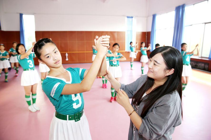 学生艹老师_10月12日,日照市新营中学,老师在指导学生练习健美操.