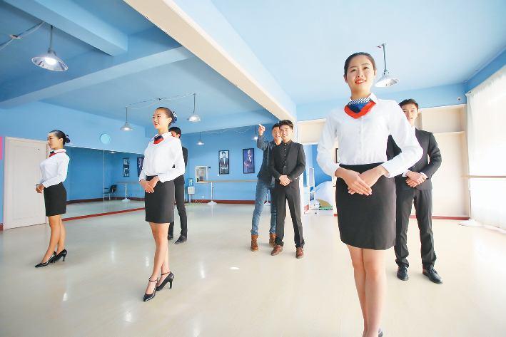 12月28日,在一家模特空乘培训学校,艺考生加紧训练,冲刺艺考.
