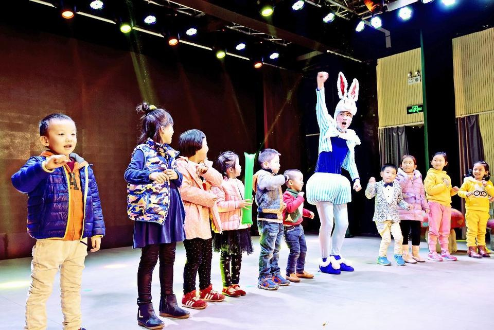 3月27日,演员与小朋友们在一起表演儿童剧.