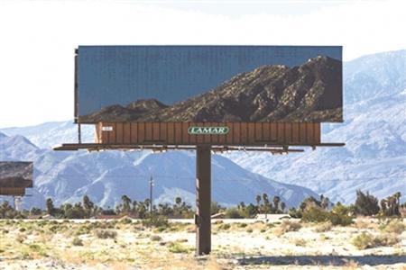 新增了几块广告牌,上面印着巨幅风景照.