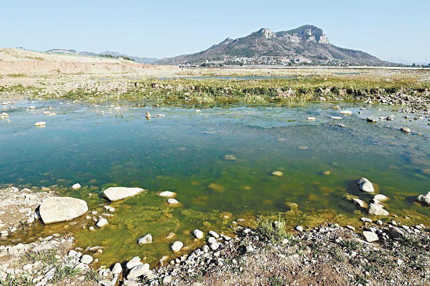 这是在济南市最大的水库———卧虎山水库库底拍摄的画面(10月27日