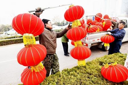 串漂亮的大红灯笼,用浓浓的中国红装点着港城日照
